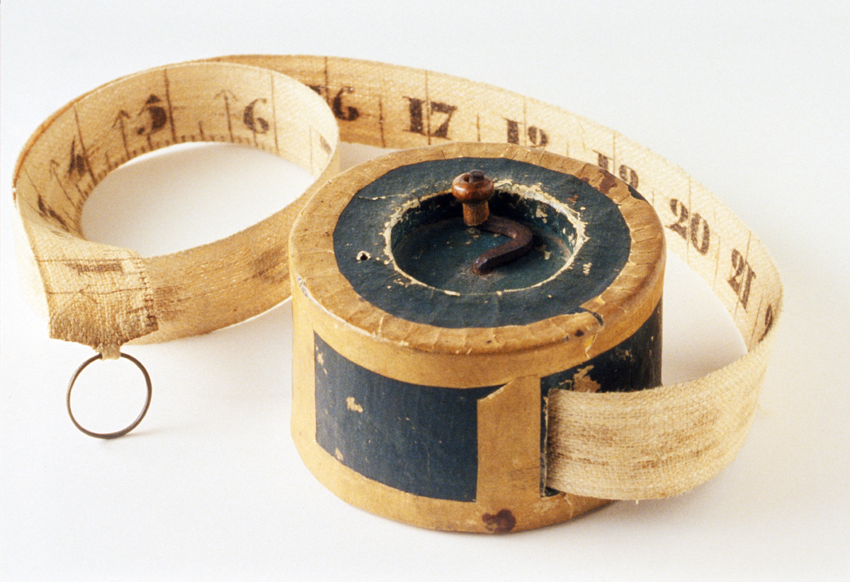 1954.0012.001 Box with Measuring Tape