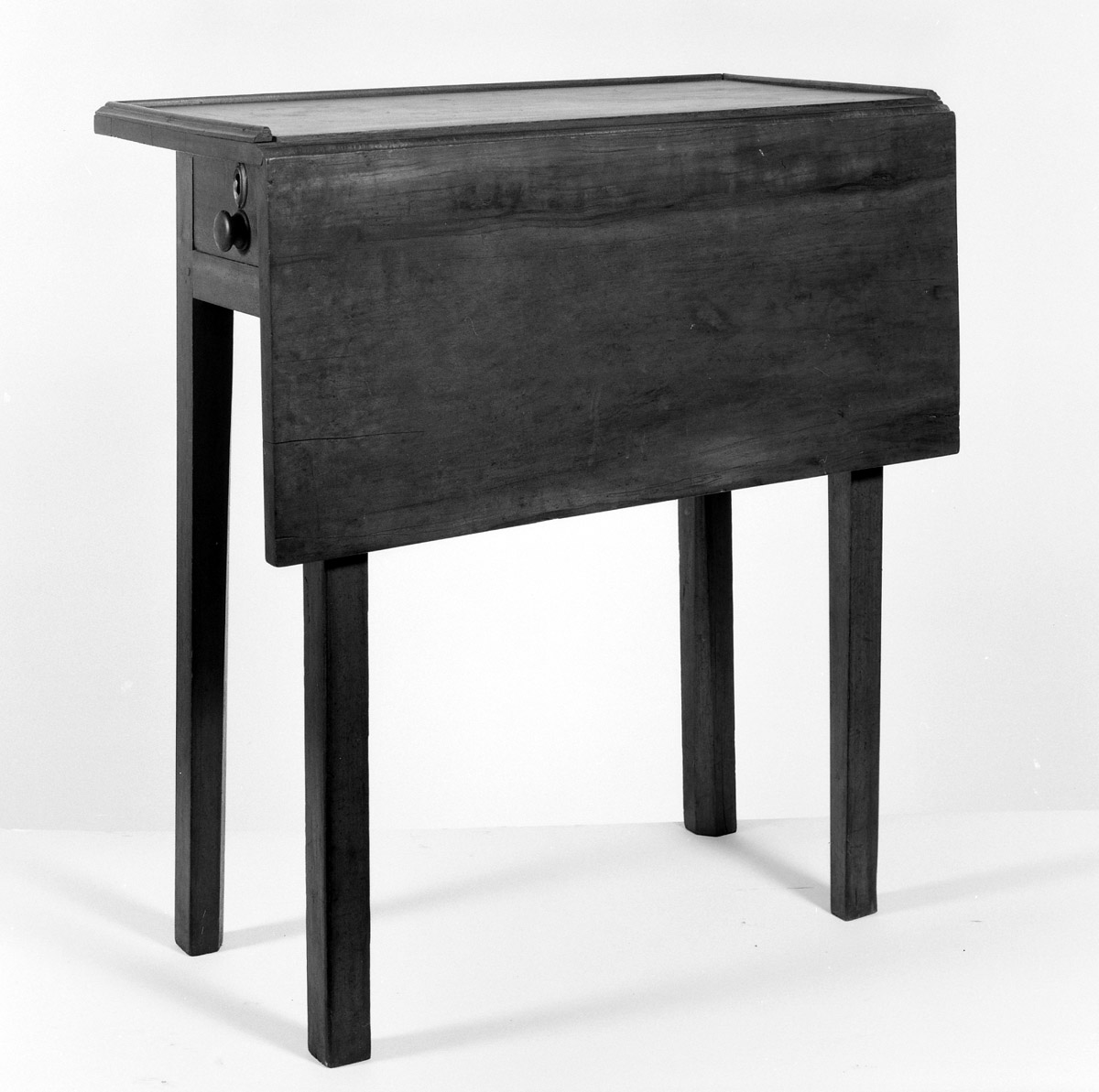 1957.0040.005 Drop-leaf table