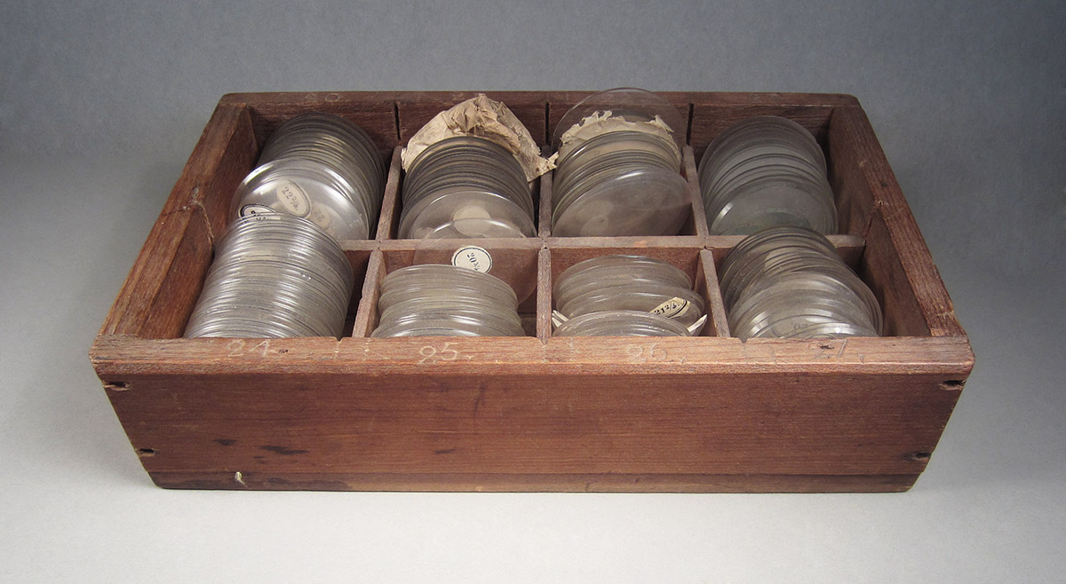 1957.0026.607, Box of watch crystals, angle
