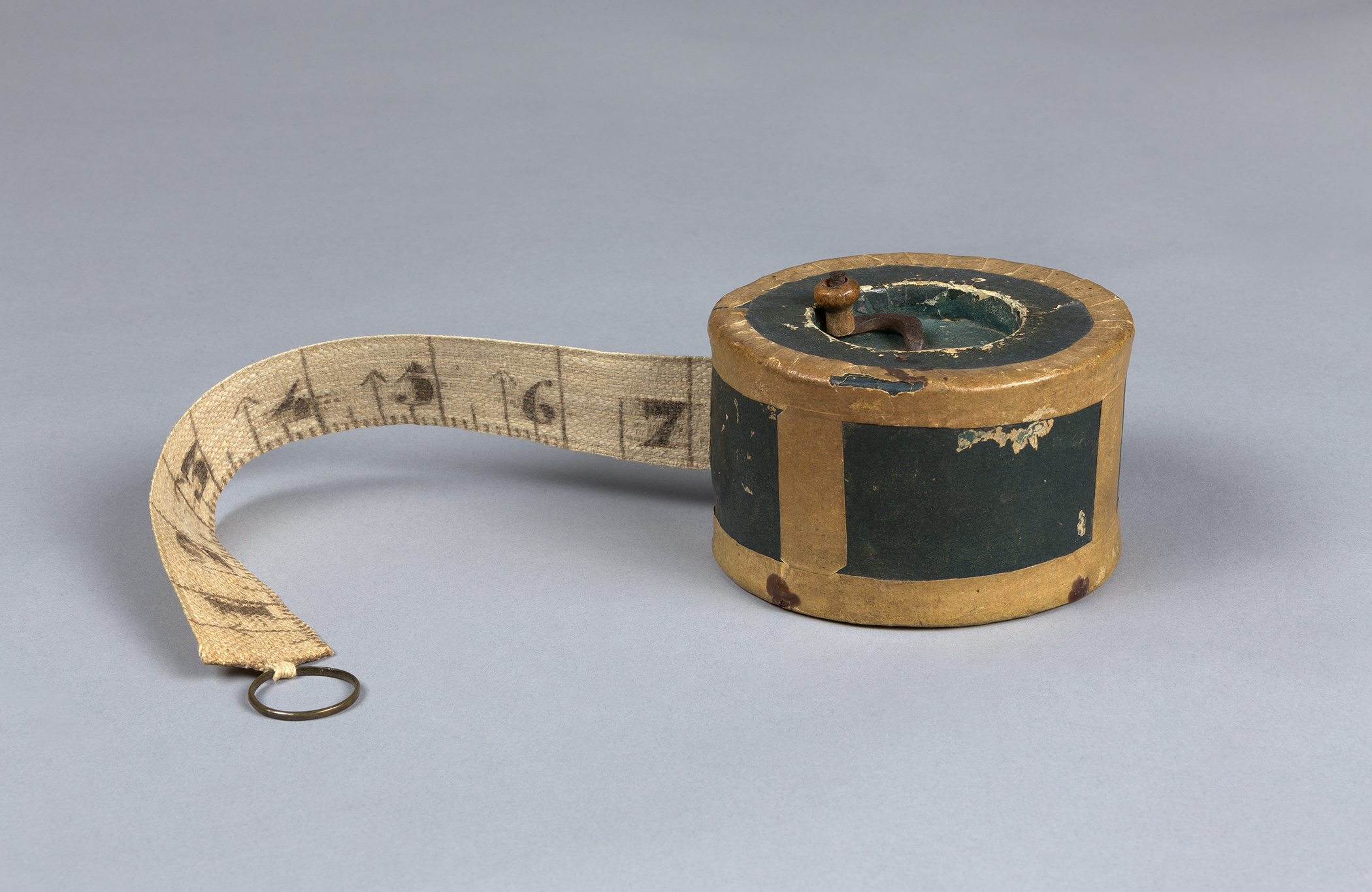 1954.0012.001 Box with measuring tape, view 1