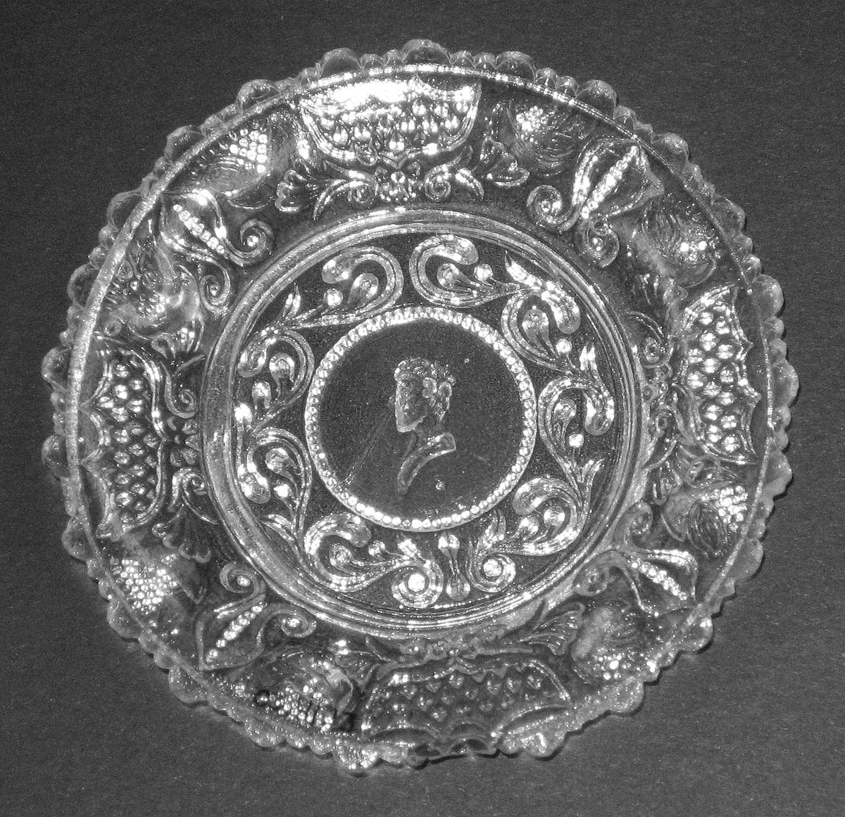 2003.0041.013 Glass cup plate