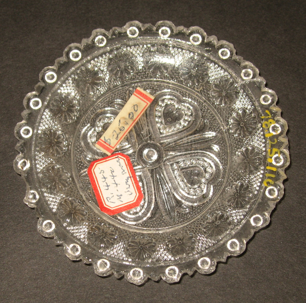 1978.0125.110 Glass cup plate