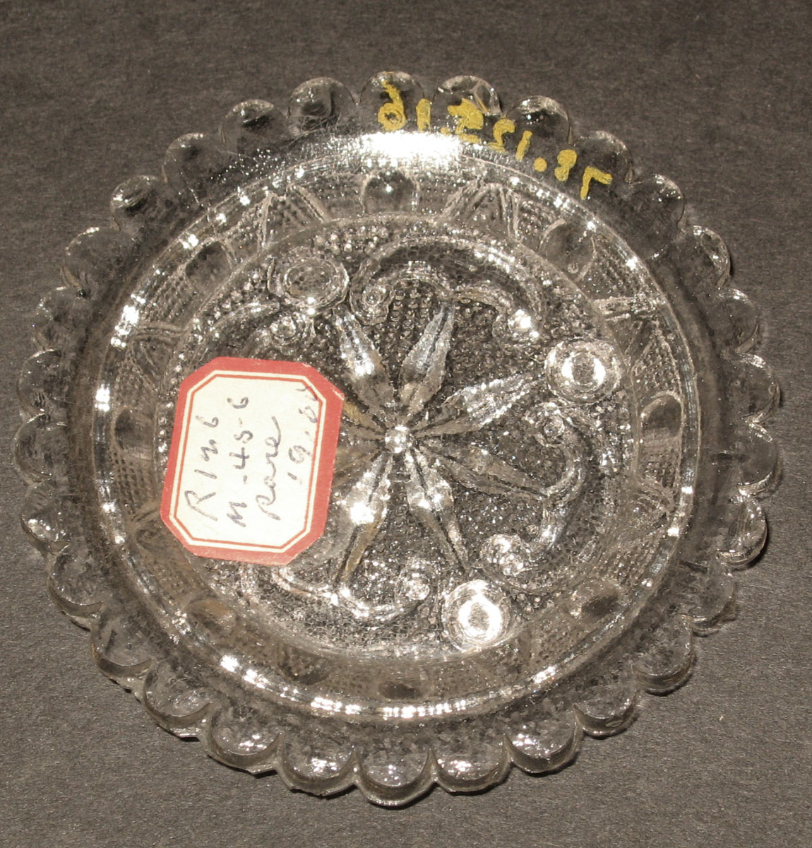 1978.0125.016 Glass cup plate