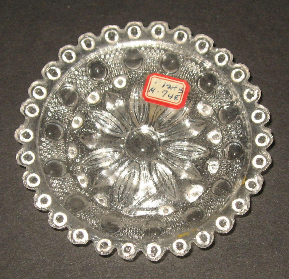 1978.0125.015 Glass cup plate