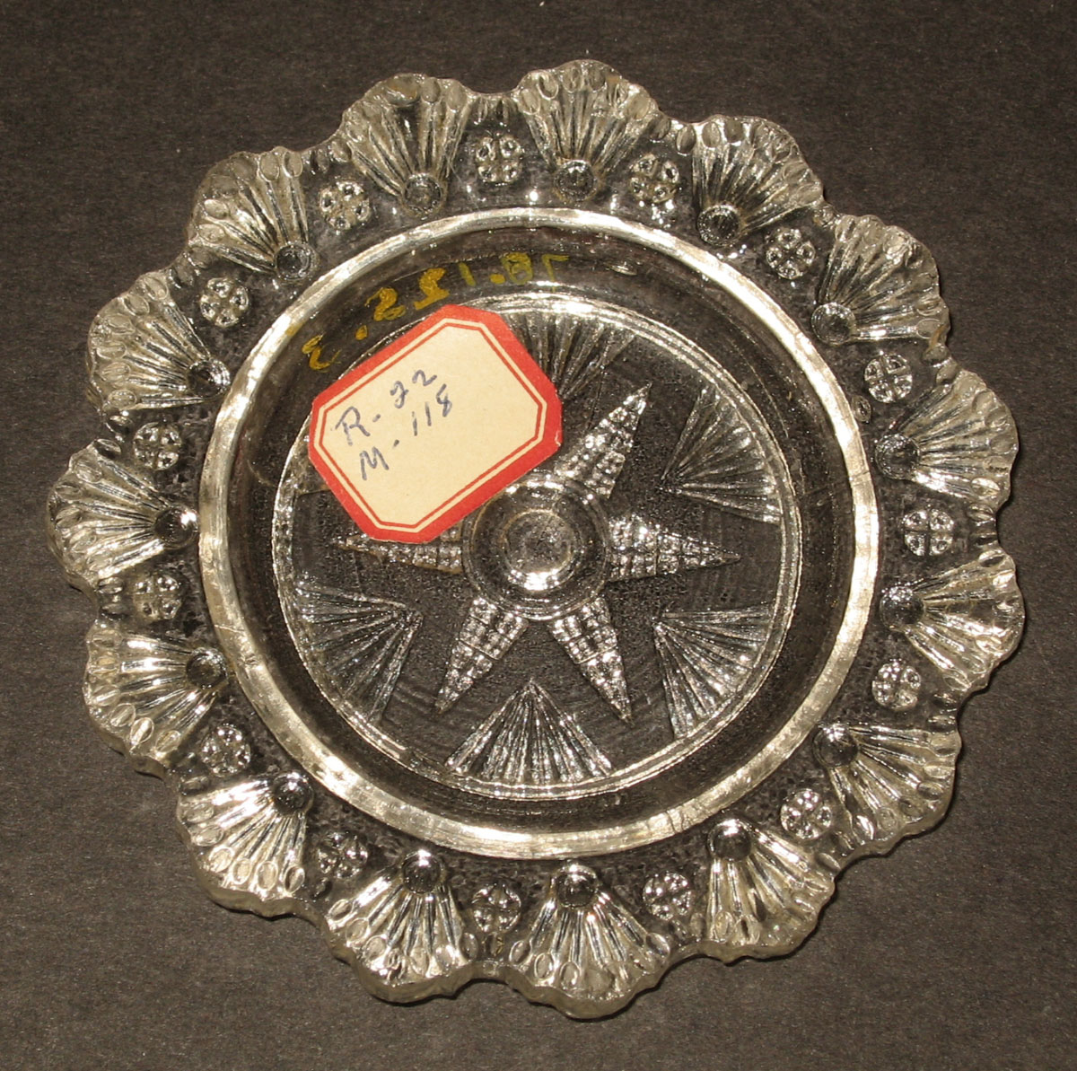 1978.0125.003 Glass cup plate