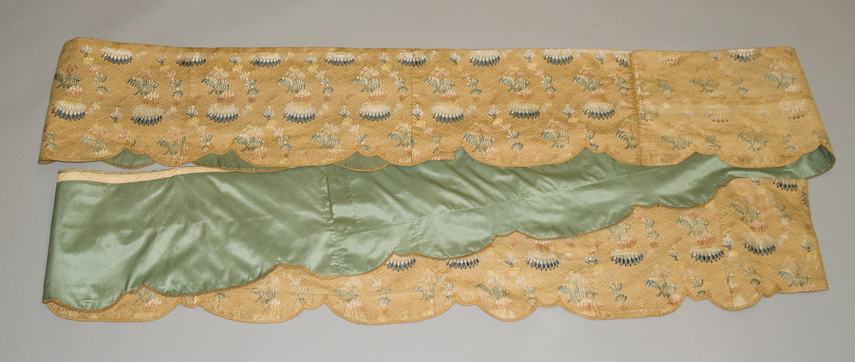 1957.1294 a Bed hanging, valance
