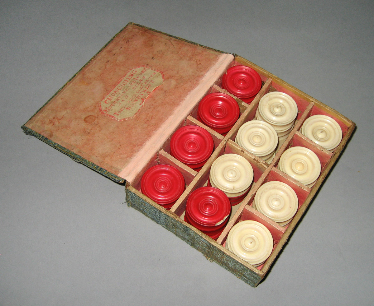 1952.0206 A-EE Box of checkers
